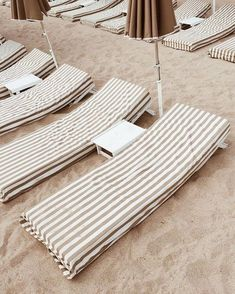 These chairs are perfect for chillen out at the beach! Beige Aesthetic, Summer Aesthetic, Aesthetic Design, Aesthetic Vintage, Summer Feeling, Summer Vibes, Weekend Vibes, Deco Surf, Parasols