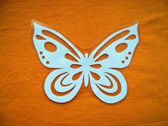 Velikonoční vystřihovánka - Motýl Papírová vystřihovánka zatavená ve folii - pro opakované použití. Velikost vystřihovánky (i s folií) 14 x 10 cm. Vhodné např. jako výzdoba do okna.