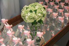 Anjos de porcelana e flores naturais compõem decoração de festa de batizado