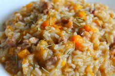 Il risotto con zucca, salsiccia e rosmarino è un primo piatto dal sapore deciso ed intenso, perfetto per un pranzo della domenica o per delle occasioni particolari. Vediamo la ricetta