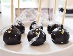 Elegant Black and White Guest Dessert Feature Chocolate Cake Pops, Chocolate Lovers, Chocolate Desserts, Hot Chocolate, White Dessert Tables, Purple Desserts, Cinnamon Cupcakes, Gold Cupcakes, Italian Hot