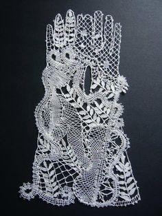 Handgekloste kanten handschoenen met een hele fijne dunne ecru linnen draad. Decoratie.