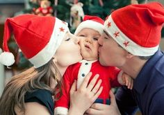 family photo idea for 2013 Christmas, 2013 cute Christmas family pictures, photo of parents kissing baby