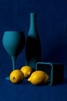 sancerre, made from the sauvignon blanc grown in the on the eastern end of the Loire Valley has more of a citrus/chalk flavor rather than bold fruit that you'll find in a new zealand sauvignon blanc. Still Life Photography, Creative Photography, Food Photography, Art Texture, Still Life Photos, Jolie Photo, Robert Mapplethorpe, Blue Yellow, Cobalt Blue