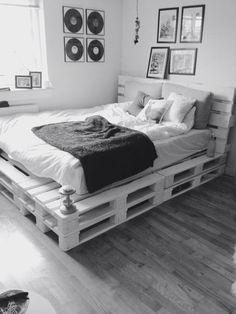 Wonderful DIY Projects Pallet Beds Design Ideas - Diy furniture for teens Diy Furniture Making, Diy Furniture Cheap, Pallet Furniture, Coaster Furniture, Design Furniture, Rustic Furniture, Painted Furniture, Furniture Ideas, Room Ideas Bedroom