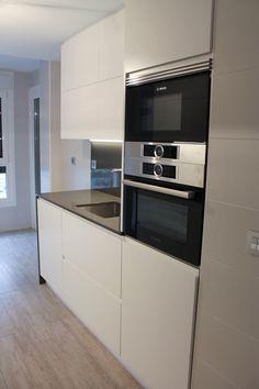 L - Küche mit Kochinsel in Hochglanz Weiß mit Eiche, Hochbackofen ...