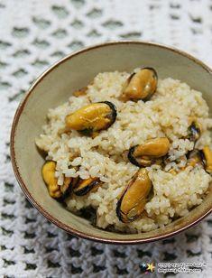 비린맛 잡고 고슬고슬하게 만든 한그릇요리 '홍합밥 만드는 법' :: 언젠간 먹고 말거야 Spicy Recipes, Asian Recipes, Cooking Recipes, Korean Dishes, Korean Food, Claypot Rice Recipe, Cooking Trout, Cooking Fresh Green Beans, Just Cooking