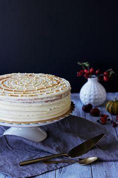 Na vidličku: Ořechový dort s krémem ze zkaramelizovaného másla a mascarpone Camembert Cheese, Dairy, Food, Decor, Mascarpone, Decoration, Essen, Meals, Decorating