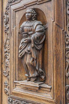 En güzel dekorasyon paylaşımları için Kadinika.com #kadinika #dekorasyon #decoration #woman #women Ancient wooden door in stone building in Tallinn