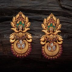 unique antique earrings studded with synthetic ruby green stones, plate. -Designer unique antique earrings studded with synthetic ruby green stones, plate. Gold Jhumka Earrings, Jewelry Design Earrings, Gold Earrings Designs, Gold Jewellery Design, Antique Earrings, Designer Earrings, Antique Jewelry, Gold Jewelry, Ear Jewelry