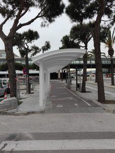 Las marquesinas del Aeropuerto del Prat, ofrecen un sistema en el que las placas de policarbonato Vitroflex se han adaptado a  la curvatura y necesidades del proyecto. Pergola, Sidewalk, Outdoor Structures, Exterior, Blue Prints, Outdoor Pergola, Side Walkway, Walkway, Outdoor Rooms