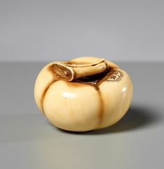 OHARA MITSUHIRO: KAKI FRUIT AND BIRD Netsuke, ivory. Japan, around mid 19th cent. <br> The artist from Osaka is one of the Greats within the netsuke art of Japan, famous for his ideosyncratic style, execution going into every exact detail and the very best ivory. The renowned Kaigyokusai Masatsugu was one of his students.