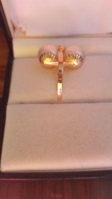 Gouden ring ingelegd met 2 gecultiveerde parels en 2 natuurlijke diamanten
