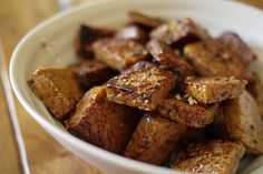 Vous cherchez l'inspiration pour votre lundi sans viande? Voici un pur péché que j'ai cuisiné hier: des petites bouchées de tofu caramélisé. Tout simple à Tofu Recipes, Vegetarian Recipes, Healthy Recipes, Tofu Marinade, Confort Food, Tofu Dishes, Pescatarian Recipes, Healthy Meals For Kids, Food Inspiration