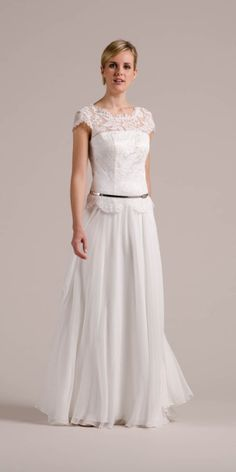 Phöbe, unser Vintage Hochzeitskleid mit Flügelarm und Spitzencorsage hier mit einem unserer schmalen Metallicgürtel, dem A-3031 in Silver!