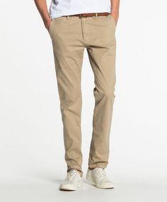Scotch slim fit chinosDenne chinos buksen fra Scotch leveres med belte. Det er en slim fit modell som passer perfekt til hverdags bruk eller en pyntet anledning. Buksen er laget av 97% bomull og 3% elastan