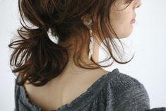 ミディアムヘアも、ルーズにひとまとめにすると印象が随分と変わります。