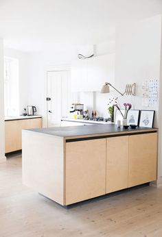 Cuisine en contreplaqué, joli contraste avec le plzn de travail noir, systeme ouverture des portes astucieux | plywood kitchen