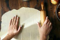 Der ausgezogene Strudelteig ist mit Hilfe von diesem Rezept rasch zubereitet und kann nach belieben gefüllt werden. Swiss Recipes, Quiche, Plastic Cutting Board, Zucchini, Vegetarian Recipes, Kitchen, Bread, Pies, Sheet Cakes