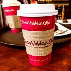 Em Santiago sempre que passamos em frente a um Juan Valdez Café saímos com um copo na mão! #malasepanelas #cafe #juanvaldez #juanvaldezcafe #chile #santiago #dicadeviagem