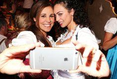 Zeit für ein Selfie Karen Webb (links) und Barbara Becker zeigen wie es richtig geht