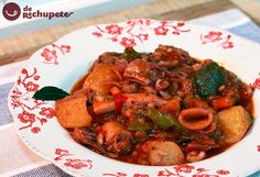 Cómo preparar un guiso tradicional de patatas, verduras y calamares. Una receta sencilla con todo el sabor a mar, recuerda a los platos marineros de simpre.