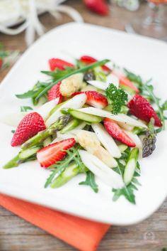 Spargel-Rucola-Salat mit frischen Erdbeeren.