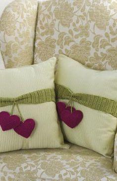 Almohadon de tela con aplique de corazones