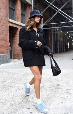 Hailey Baldwin Style, Celebrity Look, Supermodels, Documentaries, Leather Skirt, My Style, Celebrities, Skirts, Outfits