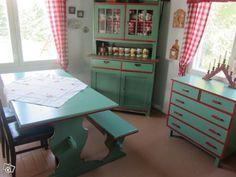 40-luvun vihreät keittiökalusteet Corner Desk, Nest, Kitchen, Furniture, Home Decor, Eggs, Corner Table, Nest Box, Cooking