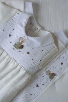 Linha Maternidade: Macacão em soft bege, com delicados bordados de ursinho na casinha de abelha, com manta coordenada! | Flickr - Photo Sharing!