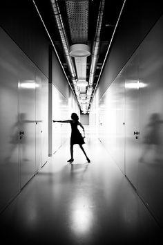Documentaire straatfotografie zwart-wit schaduw dans gang Strijp-S Eindhoven. Foto door Marijke Krekels fotografie