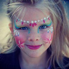 Laat de kinderen schminken. Dat vinden ze fantastisch. Lekker fleurig ook. Foto flash.pro