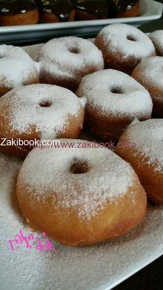أفضل طريقة للدونات Donuts, من أشهر الحلويات العالمية وهي عبارة عن عجينة حلوة هشة في العادة يتم قليها بالزيت الغزير, وتزين بصوص الشكولاتة, نتابع الوصفة مع ال