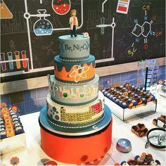 Bolo do aniversário com o tema Ciências e Química (Foto: Reprodução/Instagram)