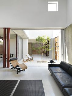Image 26 of 42 from gallery of House 0614 / Simpraxis Architects. Photograph by Marios Christodoulides, Christos Papantoniou Interior Garden, Interior And Exterior, Interior Design, Internal Courtyard, Best Leather Sofa, Courtyard House, Sofa Home, Deco Design, Bungalows