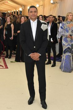 The Met Gala 2018 is fashion's biggest night. See every red carpet look from your favorite celebrities and designers at the Metropolitan Museum of Art. Celebrity Red Carpet, Celebrity Dresses, Celebrity Style, Gala Dresses, Nice Dresses, Evening Dresses, Met Gala Outfits, Met Gala Red Carpet, Trevor Noah