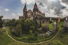Discover Corvin Castle in Hunedoara, Romania: This Romanian fairytale castle would make Dracula (who is said to have been imprisoned there) jealous. Gothic Castle, Fairytale Castle, Medieval Castle, Medieval Houses, Vlad Der Pfähler, Vlad El Empalador, Cool Places To Visit, Places To Travel, Places To Go