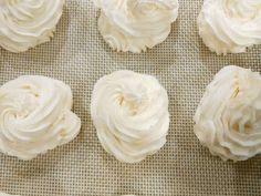 簡単 だれない ホイップクリーム  レシピ・作り方 by momoinTX 【クックパッド】 Japanese Sweets, Japanese Food, Cafe Food, Confectionery, Cupcake Recipes, Whipped Cream, Donuts, Cake Decorating, Garlic