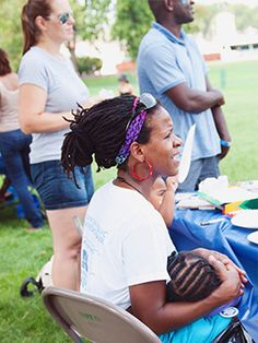 Some moms may feel uncomfortable breastfeeding in public. If you find it hard, you can try some of these tips for breastfeeding discreetly. Breastfeeding In Public, Breastfeeding Support, New Moms, The Incredibles, Breast Feeding, Young Moms