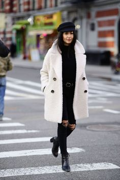 Herbstmode Streetstyle Trends The Best Street Style at New York Fashion Week Fall 2018 - Traveller Location Womens Fashion Casual Summer, Black Women Fashion, Woman Fashion, Women's Dresses, Women's Fashion Dresses, Fashion Clothes, Dresses Online, Fashion Accessories, Fashion Jewelry