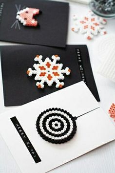 Really great craft idea for christmas cards /// Weihnachtsbasteln: Grußkarten a… Really great craft idea for christmas cards /// Christmas crafts: greeting cards made from Hama beads Xmas Cards, Diy Cards, Greeting Cards, Diy For Kids, Crafts For Kids, Hama Beads Christmas, Peler Beads, Navidad Diy, Macrame Bracelets