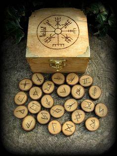 Elder futhark runes and a chest with a Vegvisir.<--- This is so beautiful. Runas Futhark, Elder Futhark Runes, Wicca Runes, Wood Burning Crafts, Wood Burning Art, Escudo Viking, Bijoux Fil Aluminium, Wiccan Crafts, Rune Stones