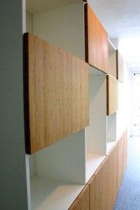 Wandkast met greeploze bamboe fronten close-up 2