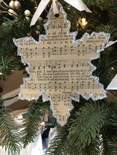 Christmas Ornament Crafts, Diy Christmas Gifts, Christmas Projects, Holiday Crafts, Christmas Holidays, Christmas Wreaths, Sheet Music Crafts, Sheet Music Ornaments Diy, Creation Deco