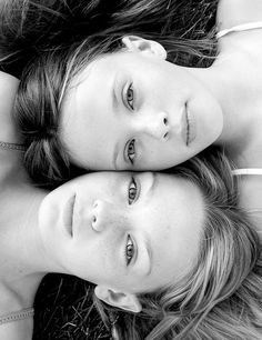 17 Ideas Photography Ideas For Sisters Photoshoot Mother Daughters Mother Daughter Photos, Mother Daughter Photography, Sister Pictures, Twin Senior Pictures, Maternity Pictures, Family Portrait Poses, Photo Portrait, Kid Portraits, Portrait Ideas
