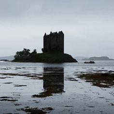 Castle Stalker en Ecosse | #castle #chateau #scotland #ecosse #symetry