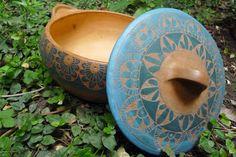 *flores* *Hojas* *De laberintos* Tonos rojizos, blancos, azules, turquesas.... detalles. Tipo paellera. Detalle de tapa. ...
