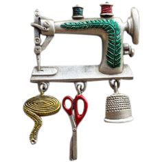Vintage Old Fashioned Sewing Machine Brooch Dangling Charms Seamstress Novelty