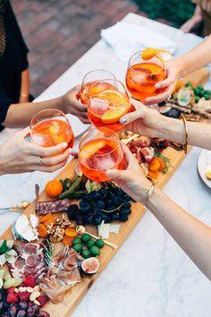 Como comemorar o noivado em casa? Antipasto, Aperol, Snacks Für Party, Party Party, Ideas Party, Party Themes, Wine Parties, Wine Recipes, Food Styling